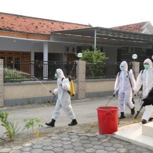 Brimob Polda Jatim, Bagikan Masker dan Sembako, Serta Melakukan Penyemprotan Disinfektan di Kecamatan Arosbaya