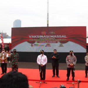 Kapolri Bersama Panglima TNI dan Menkes Tinjau Vaksinasi Massal Jelang HUT Bhayangkarake-75