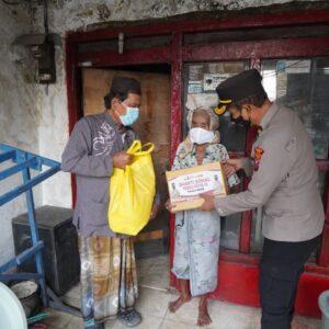 Peduli Rintihan Warga ditengah Pandemi Covid-19, Polres Gresik Salurkan Paket Sembako Menjaga Harapan