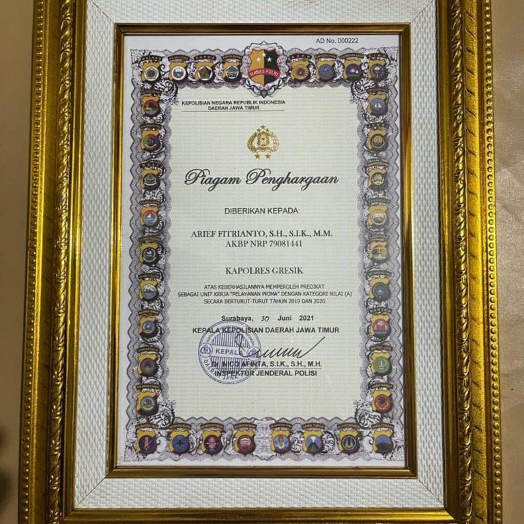 Piagam penghargaan AKBP Arief Fitrianto atas keberhasilan memperoleh predikat sebagai unit kerja PELAYANAN PRIMA