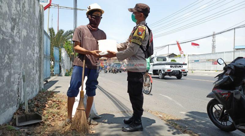 Dibawah Terik Matahari Tukang Sapu Sumringah Didatangi Polisi Gresik
