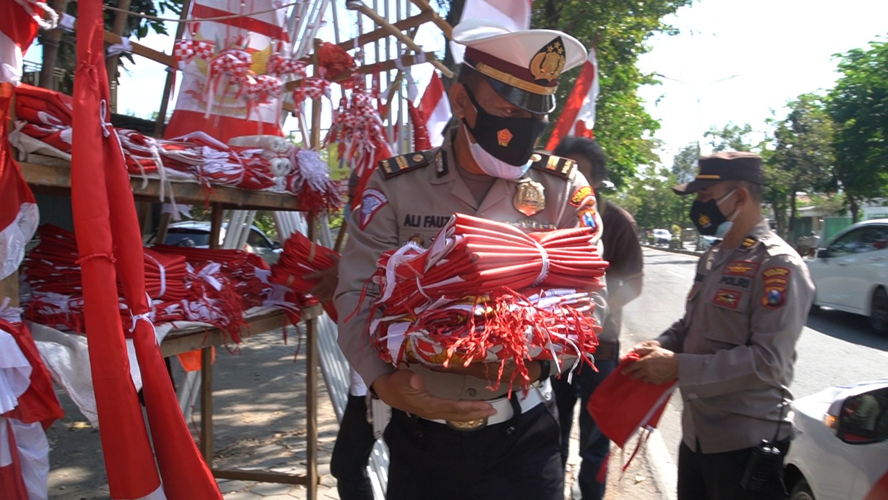 Kala Pandemi, Bahagia Penjual Bendera Dagangan di Borong Polisi Gresik ini