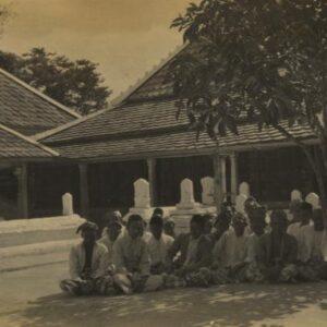 "Giri Pusat Agama Yang Pertama di Jawa ""Buya Hamka"