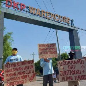 Petani Desa Tenaru Demo Proyek Pergudangan DKP Driyorejo