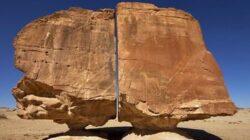 Formasi Batu Misterius Al Naslaa, yang Terbelah Sempurna