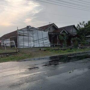 Hujan Disertai Angin Kencang Landa Gresik, 7 Rumah Rusak