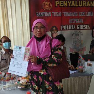 Polres Gresik Kawal Program Bantuan Tunai Pedagang Kaki Lima dan Warung (BTPKLW)