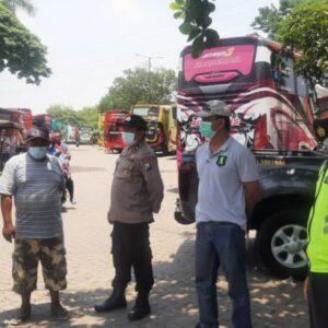 Polsek Kebomas Berikan Himbauan Untuk Para Peziarah Makam Sunan Giri